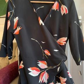 Virkelig fin wrap bluse fra Zara, med tulipan-mønster og bindebånd i taljen. Købt herinde, men ryger videre, da den desværre ikke passer.   Tags: slåom, slå-om, slå om, blomstret, tulipaner