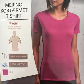Pink t-shirt i Merino uld. Super god til vinter! Aldrig pakket ud og aldrig brugt.  Nypris: 129kr Byd gerne og tjek mine andre annoncer for mængderabat 🤗