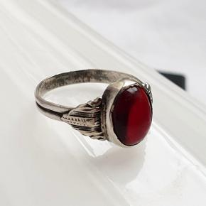 Fin vintage ring i ægte 830 sølv med en rød sten. Ringen er stemplet 830S Indre diameter er 18,1 mm = str. 57 Fast pris.  Se også mine andre annoncer med smykker 🦋