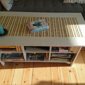 Fint sofabord med muligheder.  B. 60  L. 120 H. 55 Det er et bøgetræsbord under malingen, kan let fjernes og ændres😊 Trænger til en kærlig hånd med en pensel Byd gerne 😀