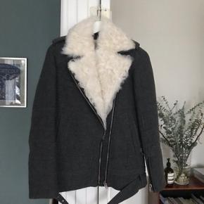 Jeg sælger min fine Iro jakke. Den kan både bruges som vinterjakke, men også god til forårsdagene. Den er lidt oversize og passes af en 34 og 36.