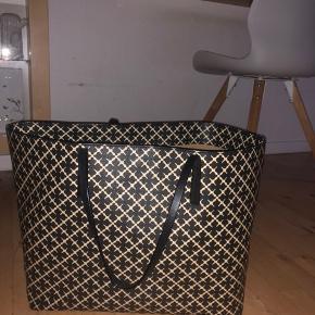 OVERVEJER at sælge min Malene Birger taske. Remmen er gået lidt i stykker hvilket nok godt kan fikses. Og der er få pletter nede i tasken. -Bydd, alt medfølger☺️