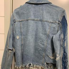Denimjakke fra Zara i slidt look