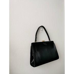 Vintage taske i croco læder. Velholdt og guld lås. Tasken er meget elegant og kan også styles med et flot tørklæde.  Pris: 175 kroner. 🌸