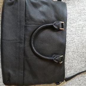 Super flot Florina taske fra Tiger of Sweden. Prismærke sidder stadig på. Den måler 40*29. Spørg endelig hvis der er spørgsmål.