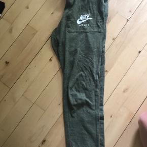 Nike joggingbukser i armygrønne. God stand