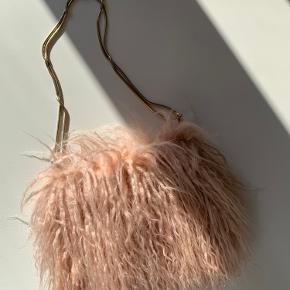 Zara pelset taske m. Guld rem Aldrig brugt. Fejlkøb  Kommer fra røgfrit hjem. Kan sendes eller afhentes på Amagerbro
