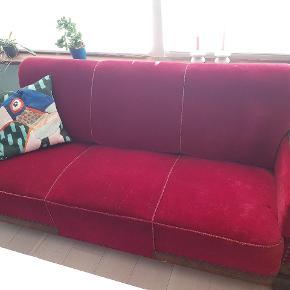 Skøn og flot sofa.  Desværre er det ene bånd skadet.