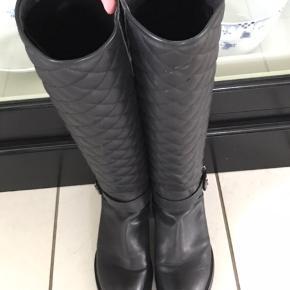 Fede støvler med quiltet skaft....  Bytter ikke...