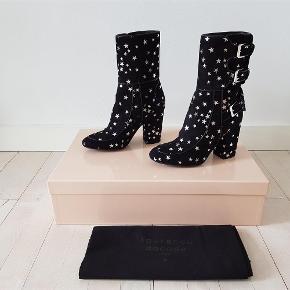 Varetype: støvler Farve: Sort  Fantastiske sorte ruskinds støvler med sølv stjerner fra Laurence Dacade. Jeg har aldrig brugt dem så de er helt nye og fejler intet. Str 37. Nypris 5980 DKK. Mp 3000 kr.