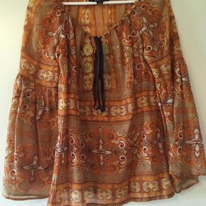 Varetype: Bluse Farve: Beige,Orange Oprindelig købspris: 2000 kr.  70 % bomuld og 30% silke.