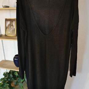Grå oversize kjole med low back. Rigtig fin til efterårs vejret.