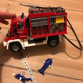 Brandbil m/ brandslange, stige, 2 brandmænd, skørter i siderne af bilen kan åbnes