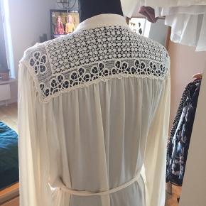 Feminin kjole. Det er en god ide at have en underkjole inden under.