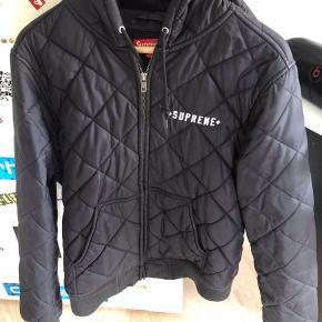 Sælger denne suprême jakke i størrelse Medium.    Original prisen var 1800 (købt i butikken) Den fejler intet, er brugt men ingen tegn på slid.  (Sælger for min kæreste)  BYD! Og skriv PB for evt flere billeder