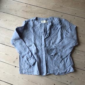 Fin lyseblå skjorte med fine detaljer