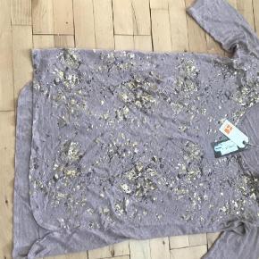 Varetype: Bluse Farve: Ukendt  Smukkeste bluse/ T-shirt, kan passes af en s, m, l.
