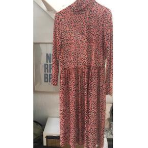 Lyserød mesh kjole med leopard mønster. Brugt få gange, men kan desværre ikke passe den længere 🌚  Kan også passes af en small!