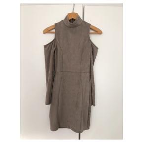 """""""Ruskinds"""" cold shoulder kjole fra missguided i faux ruskind.  Den er str 36 og er Højhalset, kort, med cutouts ved skuldrene.  Den har stretch.  Jeg er meget åben for bud 🌸"""