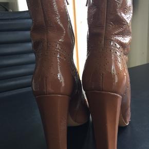 Lækre støvler fra Miu Miu, str.39 nude. Nypris 5000,- sælges for 1000,-