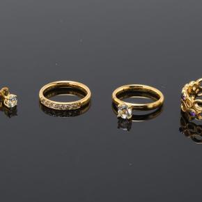 Christina Watches, 3 ringe samt par ørestikker af forgyldt sterling sølv, str. 51  Christina Watches, 3 ringe udført i forgyldt sterling sølv, to ringe er prydet med topaser, en prydet med ametyster, alle str. 16,25 = str. 51, Samt par ørestikker med topaser.  Samlede vejl. pris er 2.246,-. ( Display medfølger ikke.)  Ligger i én gaveæske  Aldrig brugt. Kan sendes for købers regning 📦