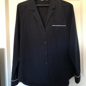 Mørkeblå skjorte fra Envii med hvide kanter. Brugt få gange