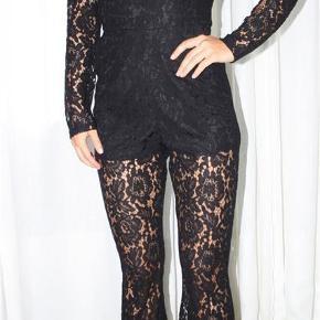 🛍 Brug KØB-NU funktionen ved køb 🛍  Jumpsuit fra Gina Tricot i det smukkeste sorte blonde stof.