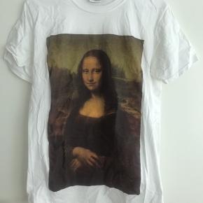Hvid t-shirt med Mona Lisa tryk. Kun brugt en enkelt gang. Trænger til at blive strøget🙈 Kom med et bud 🙌🏻
