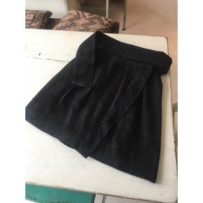 Fin slå om nederdel fra Cecilie Copenhagen i mørkegrå/sort. Nyprisen var cirka 1.000 kr. 🌸