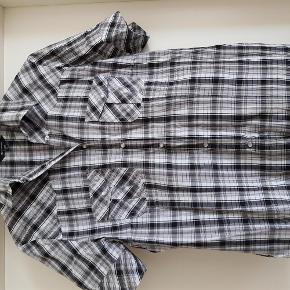 Varetype: skjorte Størrelse: 44 Farve: sort hvid Prisen angivet er inklusiv forsendelse.
