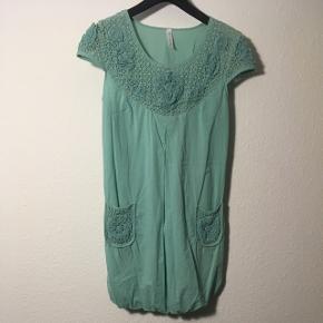 Sød lysegrøn sommer kjole.   Sender gerne på købers regning.   Evt byd 🤗