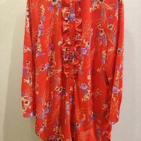 Saint Tropez tunika. Kan også bruges åben som kimono.Str XL. Er brugt få gange. Nypris 400,-