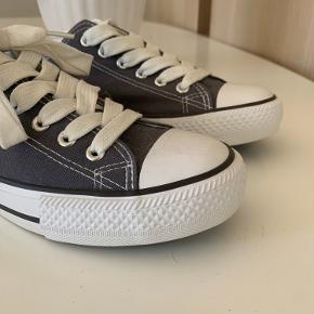 Super flotte look a like converse. Brugt en gang, og fremstår derfor næsten som nye :)