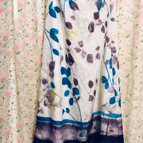 En super skøn silke nederdel fra Mango 🌸 Skinnende hvid med mønster i blå nuancer Så smuk til vinter samt forår 🕊  Str. 38 🦋
