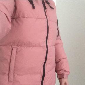 Brand: D. Brand Varetype: Dunjakke Farve: Rosa Oprindelig købspris: 1500 Farve: Dusty pink  Stadig med tag  Ydermateriale: 100% nylon  Fyld: 90% dun og 10% fjer
