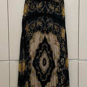 Zara TRF collection pleated midi skirt. Black, green and yellow Scarf print. Size S, elastic band at the waist. Excellent condition, never worn.