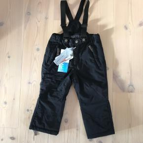 Helt nye, fede, sorte skibukser fra Ver de Terre, med seler og elastik i livet. Unisex model - kan både bruges til dreng og pige. Stadig med mærke. Nypris 800 - BYD. Er en størrelse 3 år.