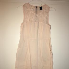 Knælang kjole. Lommer i siderne. Brugt 2 gange. I pæn stand..  Kan sendes på købers regning eller hentes i Helsingør, Holte eller på Frederiksberg.