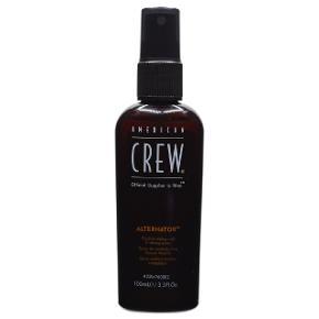 American Crew spray 100 ml. aldrig brugt.  Produktbeskrivelse fra billigvoks.dk (markedspris 139 kr.):  FLEKSIBEL FIKSERINGSSPRAY American Crew Alternator Hair Styling Spray er en finishing spray, der giver en god men fleksibel fiksering af frisuren. Hårsprayen tilfører medium hold, der dog stadig giver mulighed for restyling i løbet af dagen. Alternator Spray giver desuden kontrol over flyvske småhår, og så efterlader den håret med en naturlig glansfuld finish.  Alternator Spray er beriget unikke copolymerer, der effektivt holder frisuren på plads. Trods hårsprayens gode hold, kan den nemt redes eller børstes ud af håret med de bare hænder. Sprayen efterlader desuden ingen klæbrige produktrester i håret, og så er den fri for parabener.  FOR EN KONTROLLERET FINISH Ønsker du ekstra støtte til dit hår, er Alternator Hair Styling Spray fra American Crew det helt rigtige valg for dig. Den glansgivende hårspray sikrer dig en fleksibel frisure med ekstra bevægelse og hold.  Spray en passende mængde American Crew Alternator i fugtigt eller tørt hår, og form derefter din frisure, som du ønsker. Gentag påføringen for at opbygge holdet og glansen.