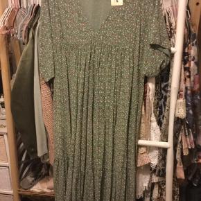 Flot maxi kjole i armygrøn med blomster str onesize, a model med vidde i, ny med mærke nypris 599 kr.  Pris 200 kr + evt porto