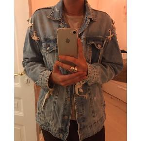 Sej denim jakke med bånd fra Zara. brugt nogen få gange sidste forår. Ingen tegn på slid. Nypris: 550kr