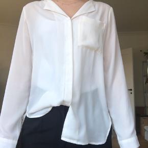 Skjorte fra selected i rå hvid  Køber betaler fragt eller det kan afhentes i Århus