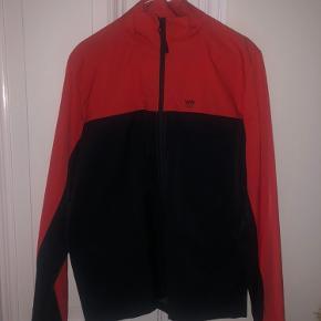 Rød og sort Wood Wood jakke. Den fås ikke i butikkerne mere❤️🖤