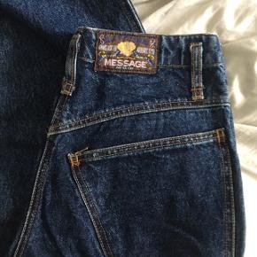 Sygeste vintage jeans! Med broderi og flotte detaljer.  Passes af en størrelse S-M eller 36-38.  Måler 76 cm i taljen og 74 cm i benlængde.  Prisen er fast.   #30dayssellout