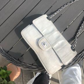 Sælger min Chanel medium sportslinei i coated canvas med sølv hardware  Der medfølger dustbag, autencitetkort carefolders og der er serienummer inden i tasken.   Modtager ikke bud under 6000kr - Seriøse henvendelser -