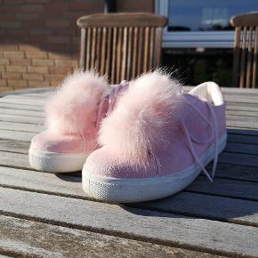 Plet foran på den ene sko ellers er de i fin stand.