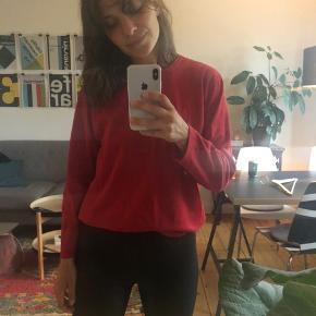 Gammel sweater i flot rød farve. Vintage look.