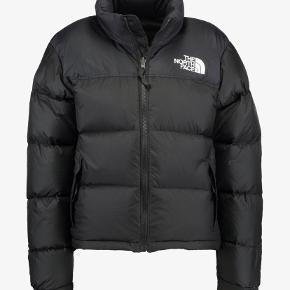 "SVARER IKKE PÅ BUD UNDER 1500,-.   INFO:  Absolut den flotteste North Face jakke ""Retro Nuptse"". Står som ny."