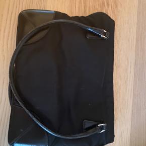 Sælger min fine Prada taske.  Lynlåsen skal til en skrædder og repareres (koster maks 200-300)