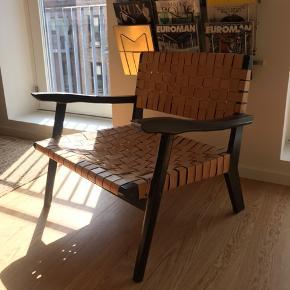Sælger min højst elsket stol.  Købt i Frankrig, husker ej designeren. Læderet er på sit flotteste, med patina og alting. Træet kunne muligvis godt piftes op med en maling eller andet, jeg har ikke valgt at gøre det da det hører under charmen hos mig.